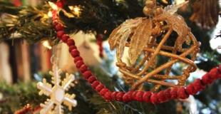 Une décoration de sapin de Noël réussie